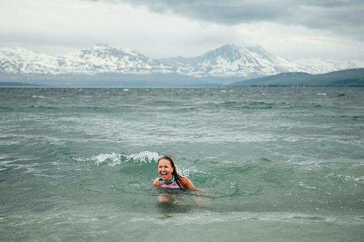 Bilde av dame som bader i havet